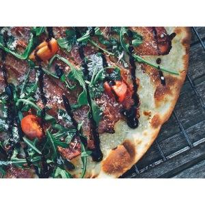 Pizza de bacon, Parmesano, rúcula y Módena @puredepalabras