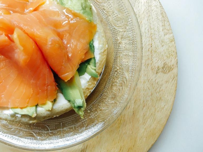 Tostada con salmón, aguacate y philadelphia