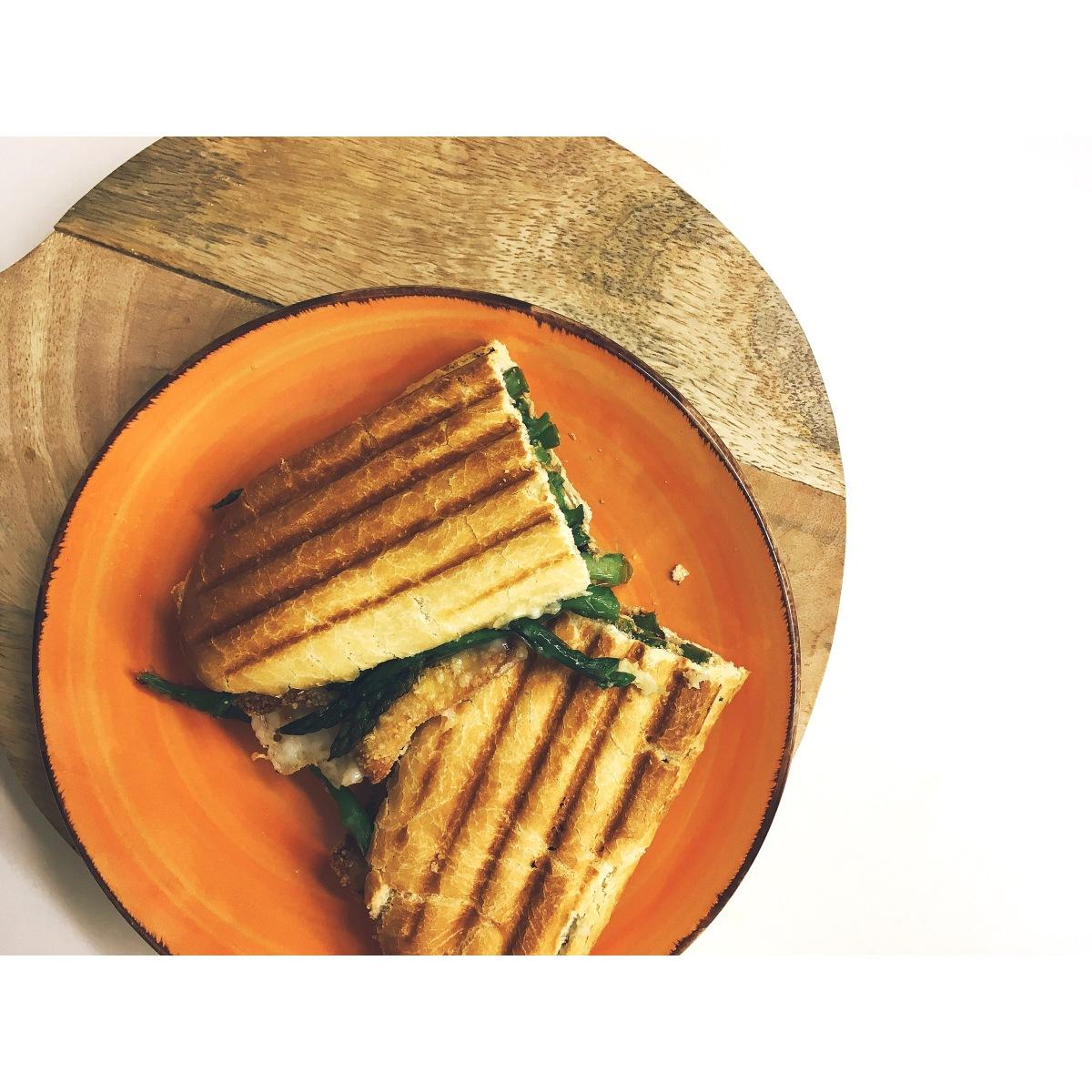 Planchado de pollo empanado, trigueros y queso de cabra puredepalabras
