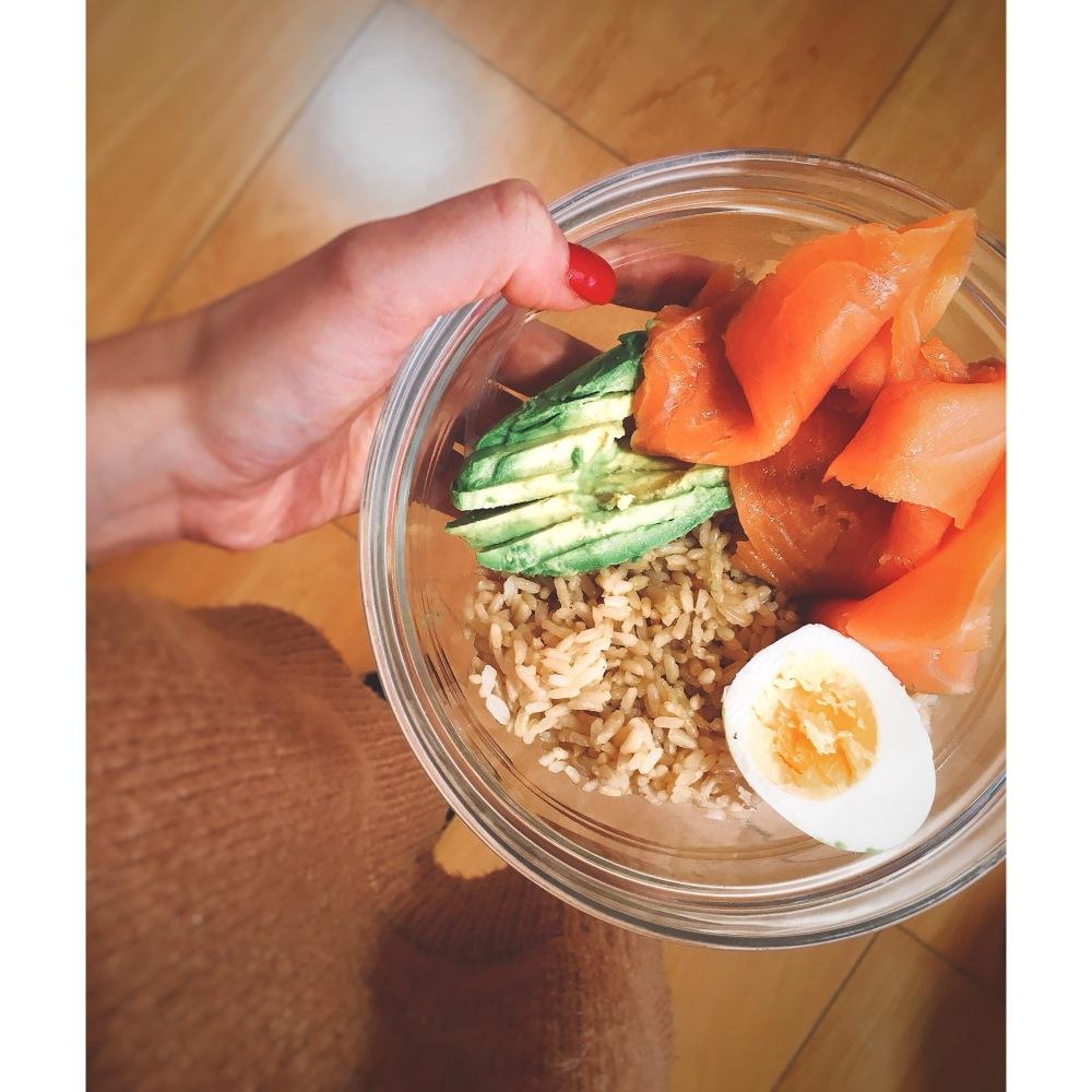Bowl de salmón ahumado, aguacate y arroz puredepalabras