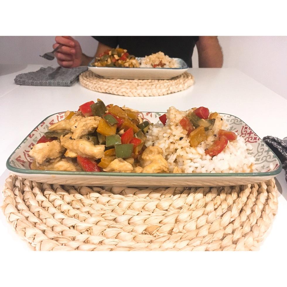 Lubina con salsa de pimientos y coco