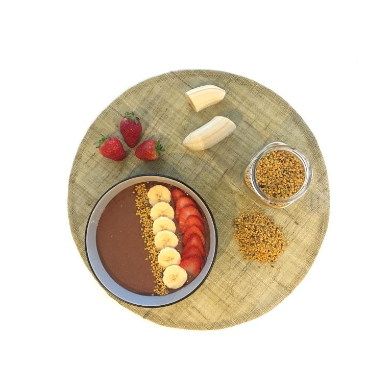 Smoothie bowl de chocolate, plátano y polen.