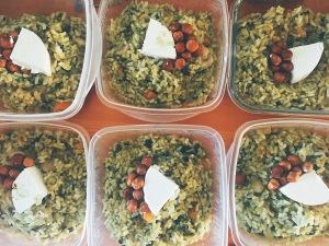 arroz de verduras con queso de cabra y avellanas
