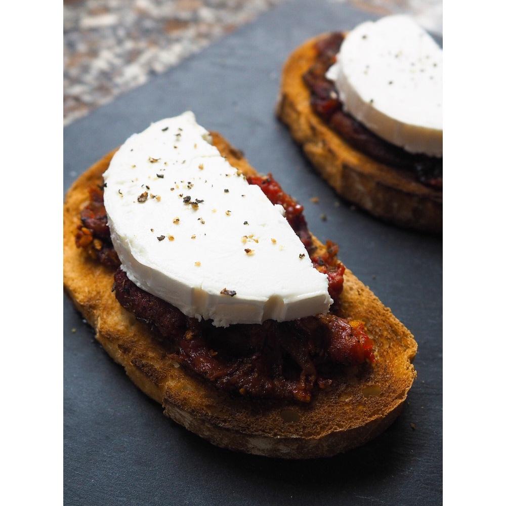 Tostada con tomate confitado y queso de cabra puredepalabras
