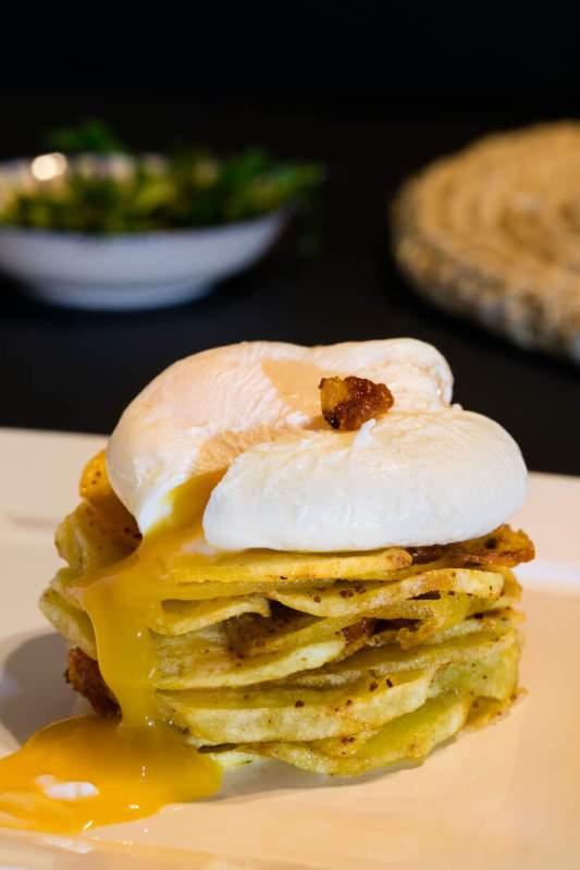 milhojas de patata con sobrasada y huevo poché puredepalabras