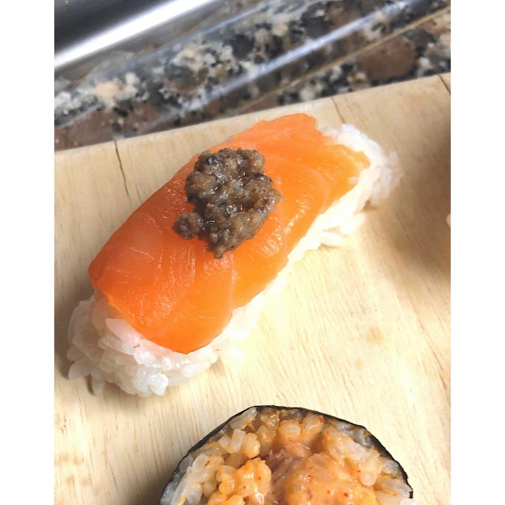 Nigiri de salmón con trufa. Foto: @puredepalabras