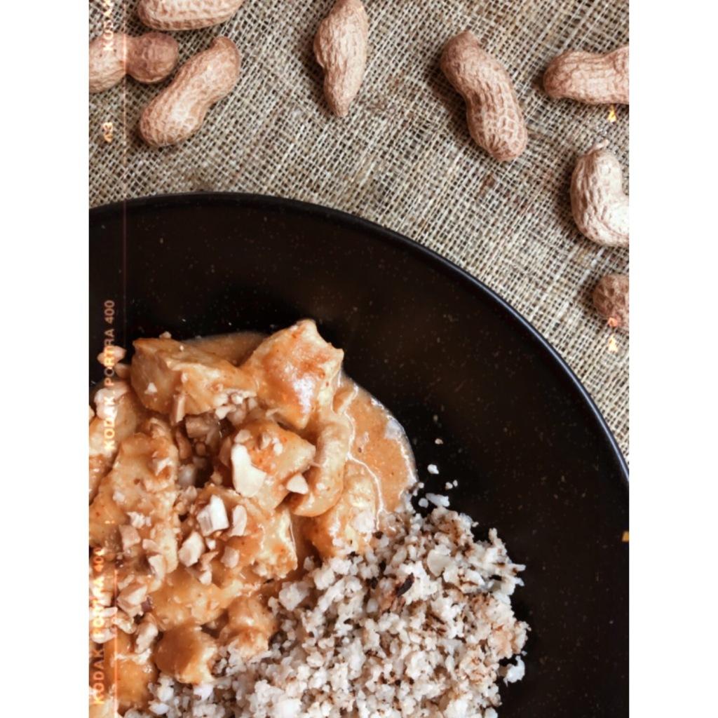 Pollo de leche de coco y cacahuetes. Foto: @puredepalabras