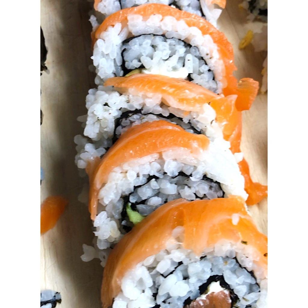 Salmón-aguacate-philadelphia sushi. Foto: @puredepalabras