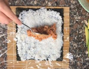 Colocación del relleno del sushi. Foto: @puredepalabras