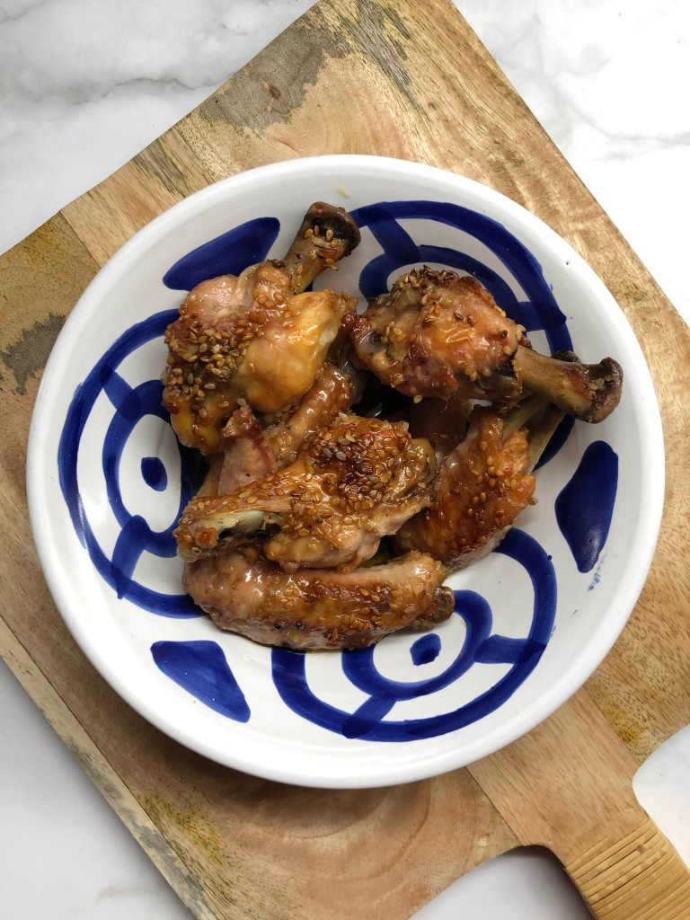 Alitas de pollo con soja y sésamo. Foto: @puredepalabras